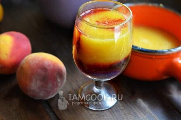 Готовый персиковый коктейль с красным вином