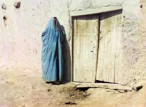 Женщина народности сарт в парандже в Самарканде, Узбекистан, около 1910 года. До Революции 1917 года словом «сарты» называли узбеков, живших в Казахстане. (Prokudin-Gorskii Collection/LOC) империя., путешествия, цветное фото