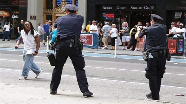 Полицейский застрелил негра, перепутав электрошокер с пистолетом