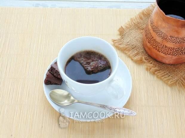 Влить в чашку с шоколадом кофе