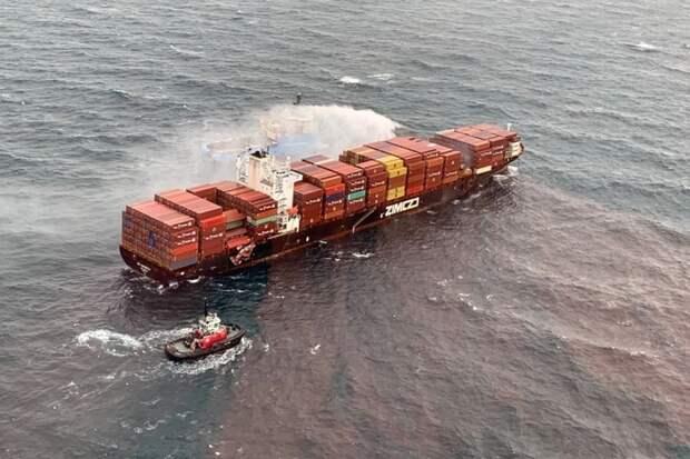 Во время шторма с горящего близ Канады судна Zim Kingston упали более 100 контейнеров