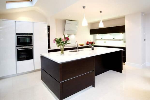 Светлая кухня с акцентом на кухонном гарнитуре из натурального венге