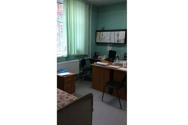 Спальные места медики устраивают прямо в рабочих кабинетах. Фото: предоставлено героем публикации