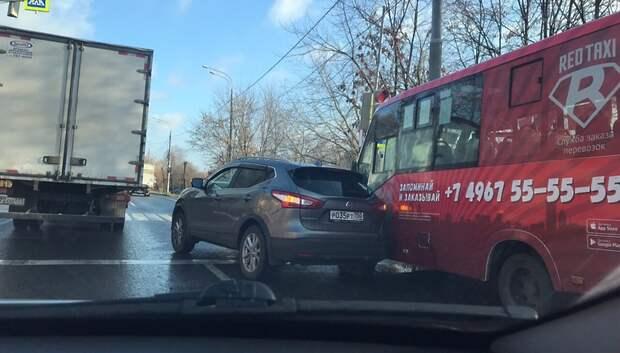 Кроссовер столкнулся с маршруткой на Большой Серпуховской улице