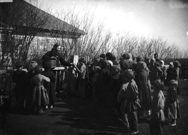 Раздача хлеба голодным детям священником Модератовым. Лукояновский уезд, село Протасово, 1891-1892 год.