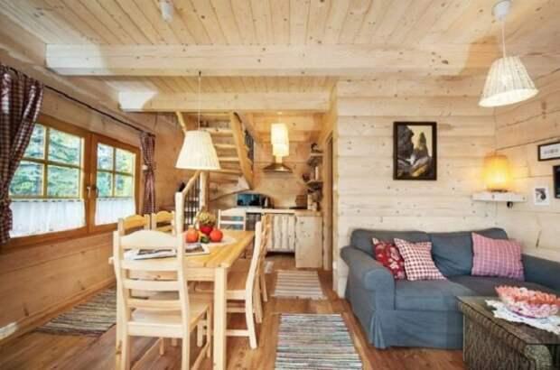 Открытая планировка крошечного коттеджа позволила создать несколько жилых зон («Stunning Gate Lodge»).   Фото: itinyhouses.com.