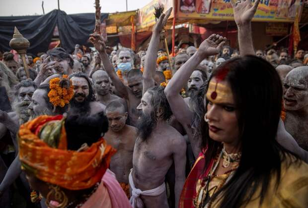 Массовое омовение в водах Ганга на праздник Кумбха Мела