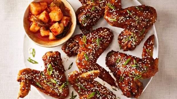куриные крылья и соус на тарелке
