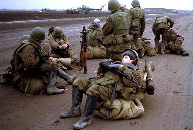 Российские новобранцы ждут переброски в Грозный в военном аэропорту Моздока. Северная Осетия, 1995 год