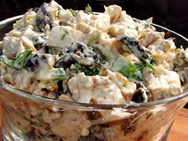 Салат с курицей, черносливом и орехами. \ Фото: smak.ua.