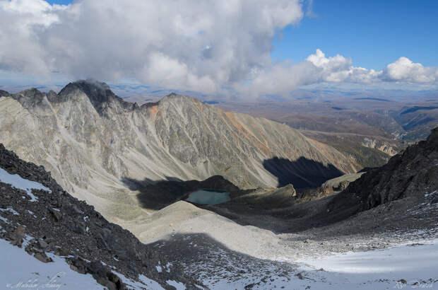Озеро Эхой в тени от трех с половиной тысячной горы