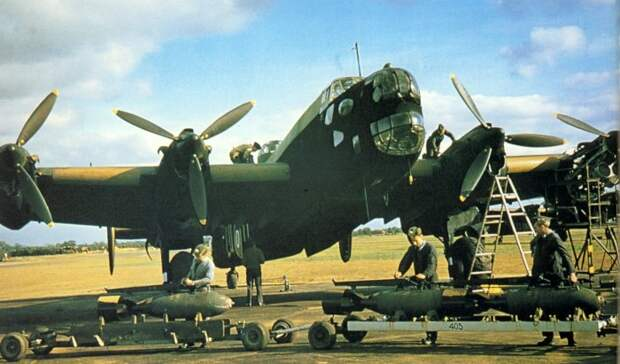 Погрузка бомб на Handley Page Halifax.   Фото: Reddit.