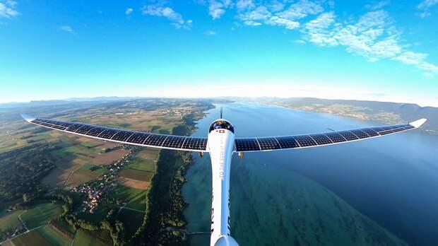 Швейцарский пилот впервые в мире прыгнул с самолета, работающего на солнечных батареях