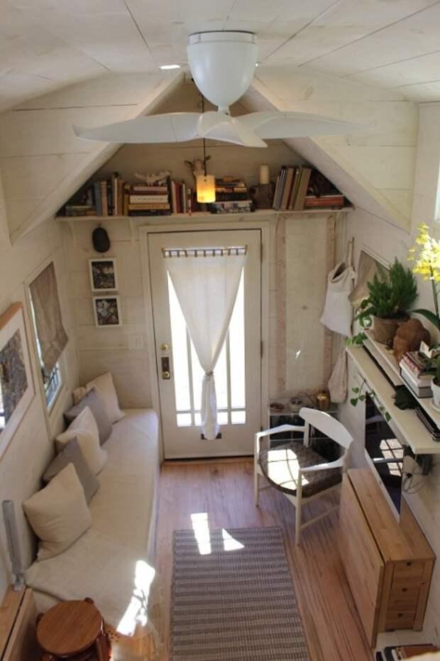 Гостиная в маленьком домике на колесах.
