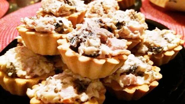 Тарталетки с копченой курицей и грибами