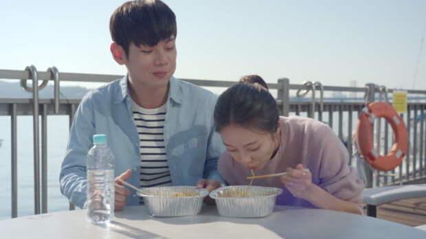 корейская пара ест рамен за столом