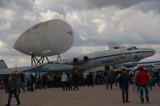 Самолет ВМ-Т с прицепленным грузом на международном авиасалоне МАКС.   Фото: pikabu.ru.