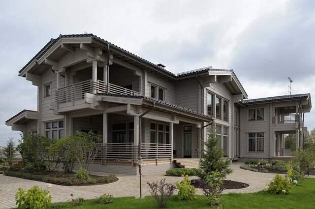 Большой деревянный дом из клееного бруса, но без ярко выраженных дизайнерских элементов.