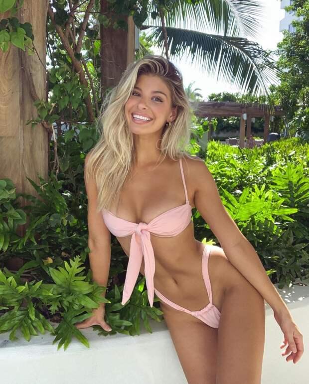 Красивые девушки в купальниках и бикини