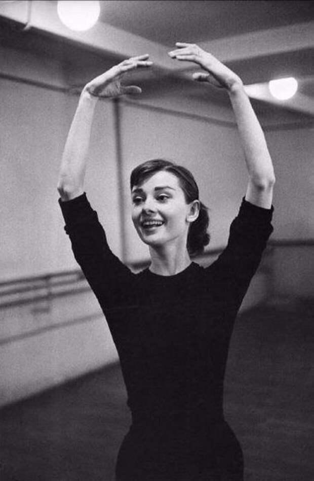 Изящная Одри Хепберн в парижской балетной студии, 1956