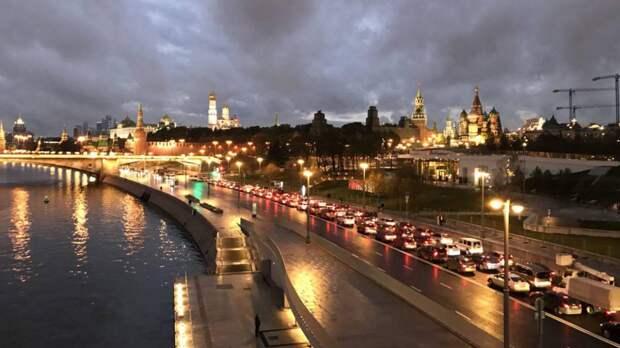 Бушующий в Москве ураган оторвал зубец кремлевской стены