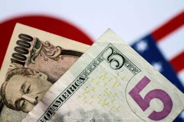 Банкноты доллара США и японской иены, 2 июня 2017 года. REUTERS/Thomas White/Illustration