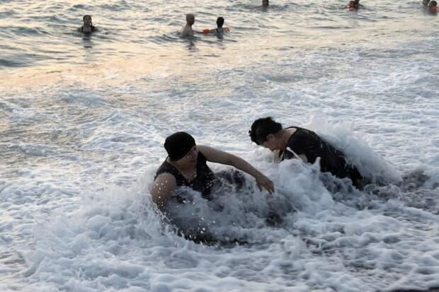 Назло войне: как отдыхают на пляже в Сирии
