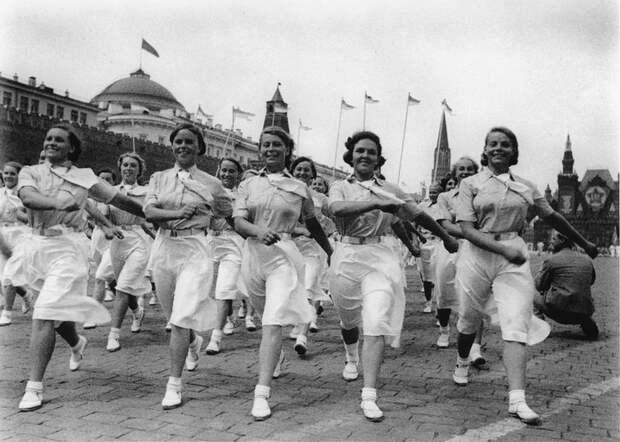 Спортсменки института имени Лесгафта на физкультурном параде. 1 мая 1940 года.
