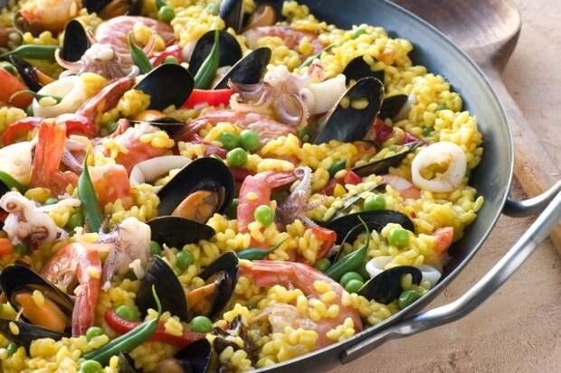 Паэлья с морепродуктами и беконом