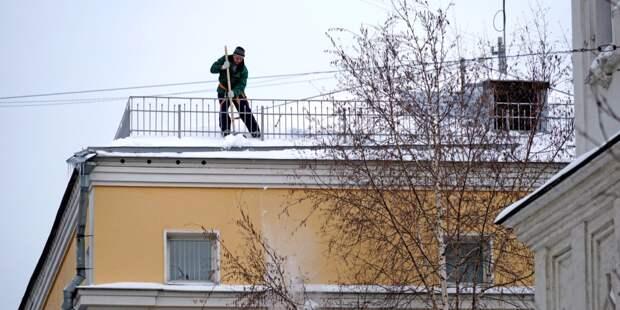 Коммунальщики очистили крышу дома в Путевом проезде от снега