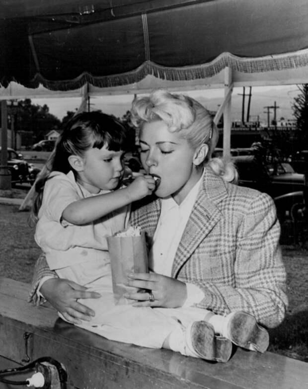 Маленькая Шерил кормит Лану, 1946 год (Wikimedia)