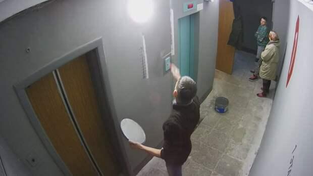 Мужчина отремонтировал подъезд собственного дома своими руками