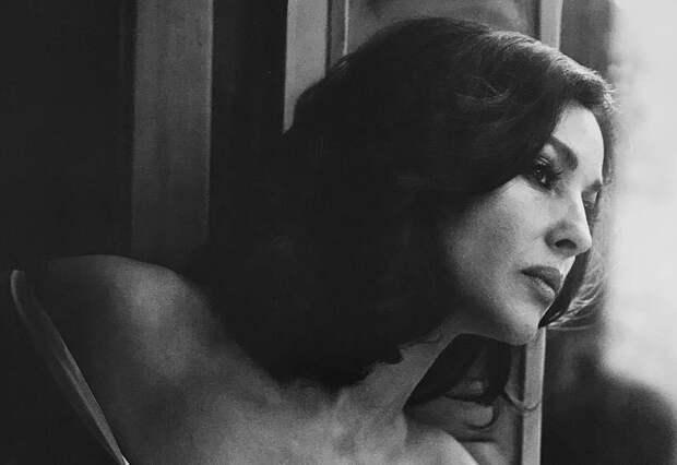 Моника Беллуччи накануне 54-летия снялась в чувственной фотосессии