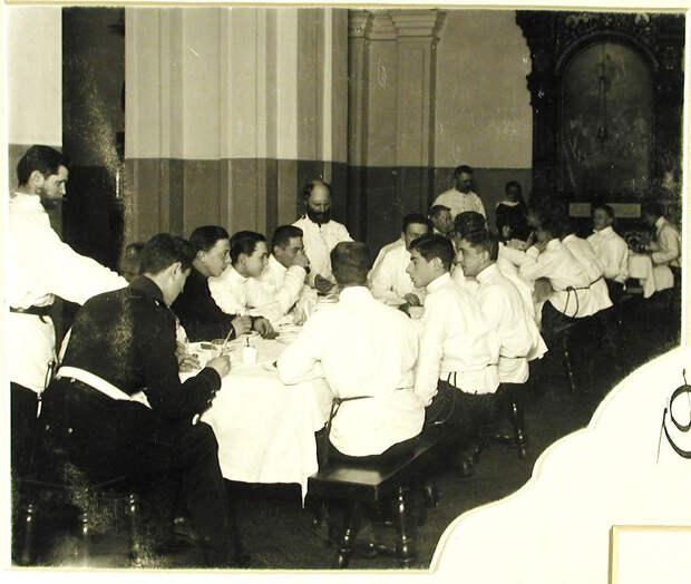40. Группа воспитанников во время обеда