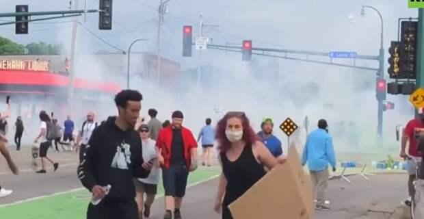 Режим ЧС, массовые беспорядки и слезоточивый газ: что случилось в США