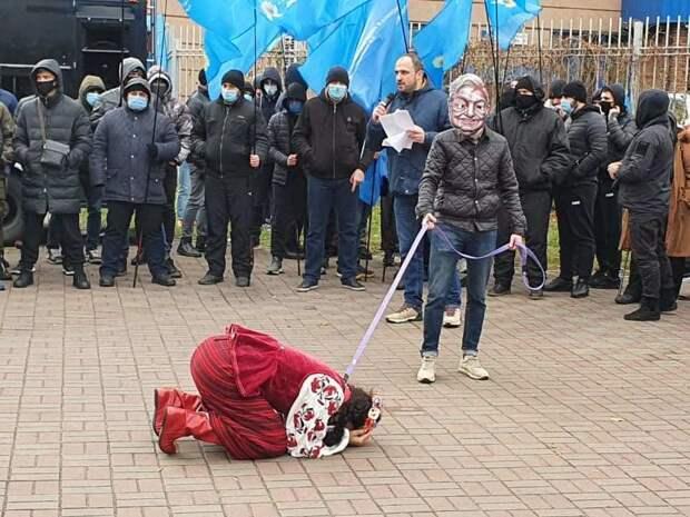 Дёшево и убого: «Изгнание» Сороса у посольства США в Киеве