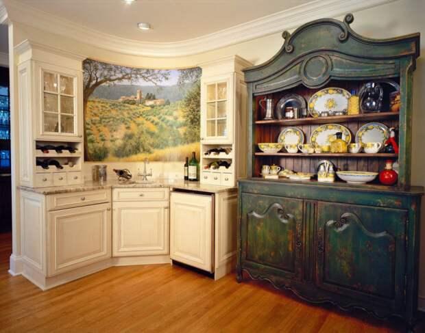 В светлой кухне такой сервант станет изюминкой интерьера, притягивающей взгляд