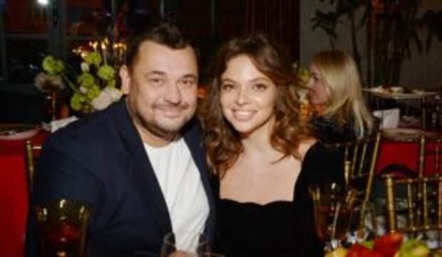 «Четыре месяца не мог приблизиться»: Сергей Жуков вспомнил начало романа с женой