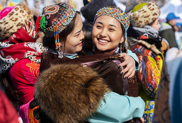 Девушки в национальных костюмах во время празднования Наурыза