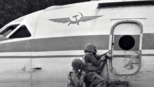 «Раскройте рты, сорвите уборы — ваш лайнер захватили мальчики-мажоры»: авиатеракт 1983 года