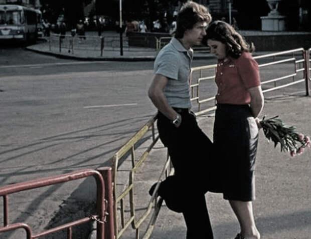 Двое влюбленных посреди большого города.
