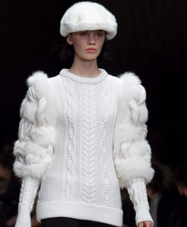 белый вязаный пуловер спицами