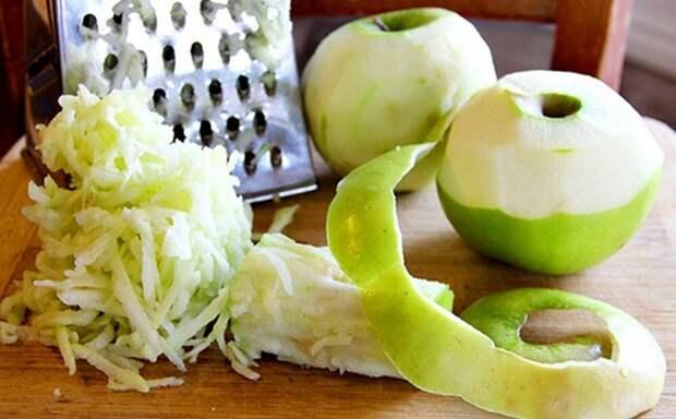 яблоко (беру зеленое кисло-сладкое) чищу и тру на терке.