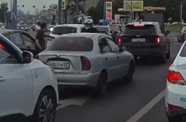 На Ботанической мотоциклист врезался в отрытую дверь автомобиля