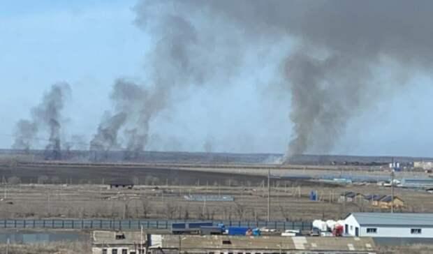 За микрорайоном «Никольский» в Бузулуке тушат крупный степной пожар