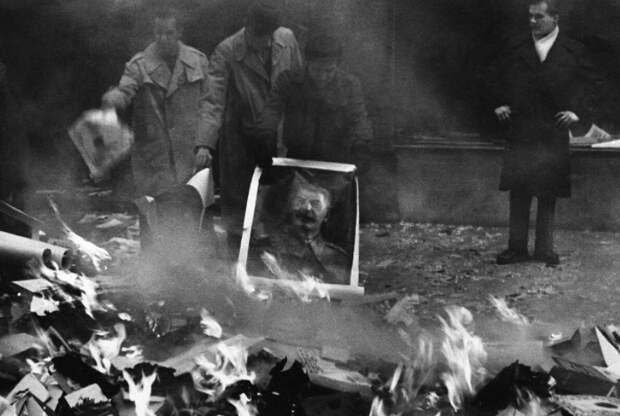 Жгли архивы ,а попутно и портреты Сталина.