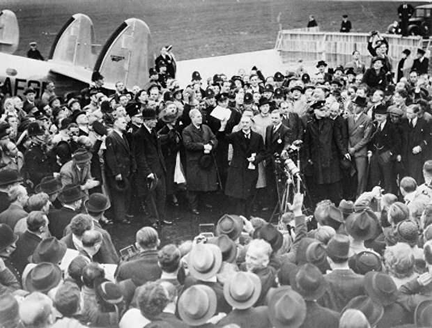 Невил Чемберлен на аэродроме в Англии после возвращения из Мюнхена, 1938 год