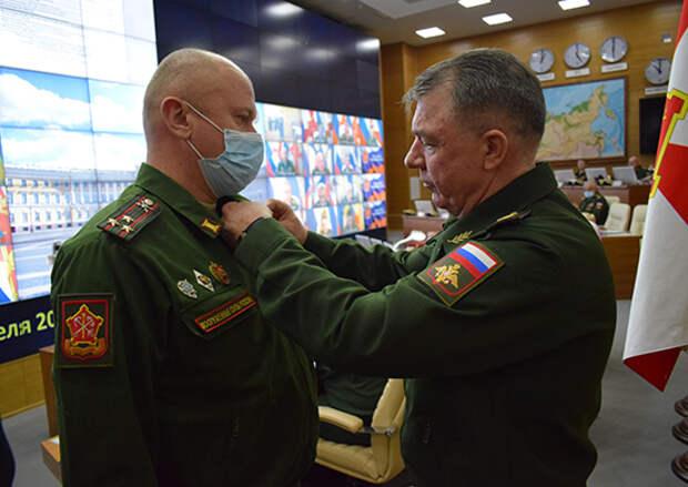 В Санкт-Петербурге командующий ЗВО наградил военнослужащих за заслуги в укреплении обороноспособности страны