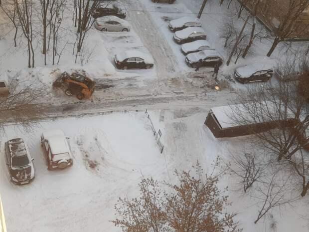 В дворовом проезде по Дмитровке освободили из снежного плена парковочные места