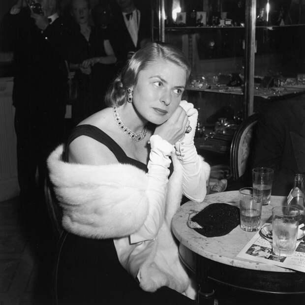 Шведская актриса Ингрид Бергман за коктейльным столиком в Каннах, май 1956 года.